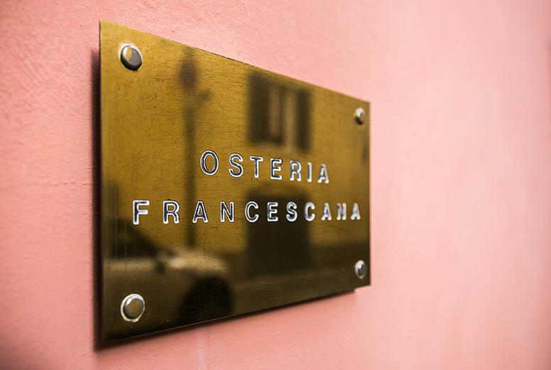 Tabliczka przy wejściu do Osteria Francescana