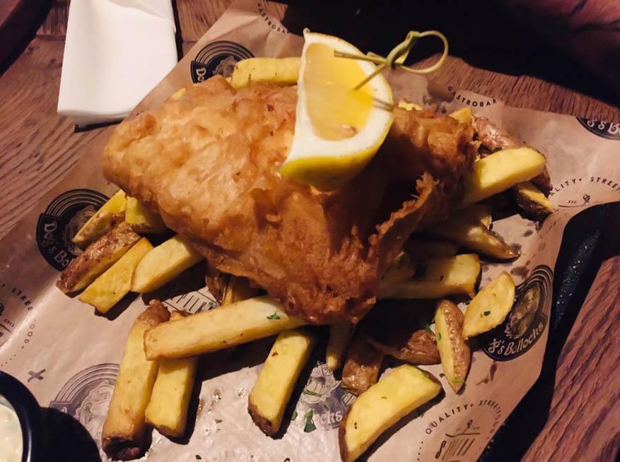 Brytyjskie danie fish and chiips w restauracji Szpilka Bielsko-Biała